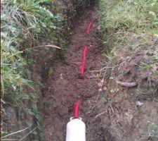 Mise en place de l'anode zinc, dans son lit de bentonite, à environ 5m du bassin. Le câble sera acheminé dans le local technique.