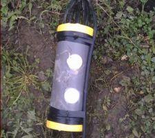 Jonction des 8 câbles raccordés au ferraillage du bassin (4 dans le radier et 4 en haut des murs). Pour une bonne étanchéité de cette jonction, une résine durcissante est coulée à l'intérieur du tube PVC. Est accroché au boitier, le câble en provenance de l'anode zinc. Les 2 câbles seront remontés dans le local technique.