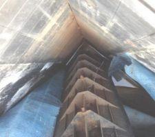 Tige d'angle désolidarisée de la structure, les vis utilisées rongées par la rouille