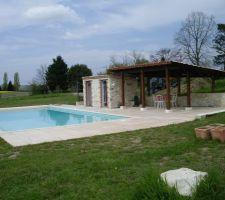 Notre piscine avec couverture immergée, terrasse, auvent et locale technique