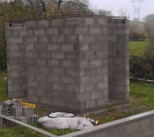 Pendant ce temps là, le local technique avance un peu ! Les 4 angles sont ferraillés depuis les fondations, repris sur un chainage complet en haut des murs, ainsi que les 2 linteaux.  Ici on aime à faire