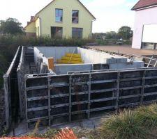 Coffrage du mur périphérique de la piscine servant de fondation pour la plage