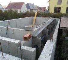 Pose de linteaux pour les goulottes En dessous, on voit le tuyau PVC pour les rails de la couverture PRIMA