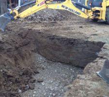 Le pelliste et le maçon m'ont dit qu'il n'était pas nécessaire de mettre sous mon radier une couche de graviers compte tenu de la nature du sol : en effet vers 1,2 m de profondeur il n'y a plus de terre mais un mélange de sable, gravier et cailloux. J'espère qu'ils ne se trompent pas.