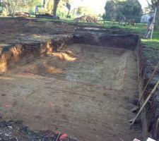 3h30 après le premier coup de pelle, la piscine a pris forme. Le creusage est terminé. Demain, îles mettent les plots de niveau pour poser mercredi les panneaux. À suivre....