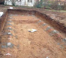 Les plots sont de niveau pour assembler la structure. C'est prévu pour demain, mais la pluie est annoncé...