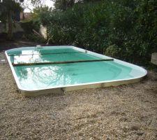 La piscine est remplie. Il reste les tests des différents équipements à faire... et un bon coup de balai à passer !