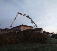 La pompe à  béton  de 43 mètres qui passe par dessus la maison !!!