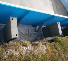J'ai posé entre 20 et 25 cm de pierres pour le drainage au-dessus du tuyau. J'ai ensuite déposé un autre film géotextile au-dessus des pierres.