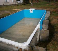 Vue de la piscine avec un peu d'eau à l'intérieur