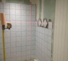 Début de la pose du carrelage de la douche