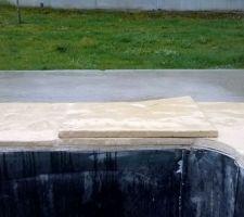 Le nouveau maçon à découpé les carreaux sans penser à la pose de la terrasse...