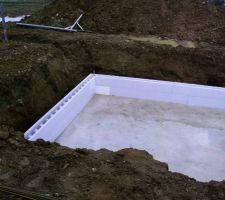 La dalle déjà recouverte d'eau (mauvais temps du début d'année). Et les premières rangées des blocs poly.