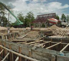 17 mai 2004 : Livraison du béton armée par toupie de 6h30 à 23h40... (le même béton qui a servi à réaliser la piste d'atterrissage de l'aéroport international de Chiang Mai... Au moins, je suis certain de sa résistance !)