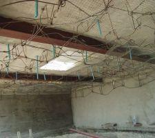 Septembre 2004 : Création de la grotte sous la cascade... L'une des extrémités de la piscine se terminant à l'intérieur