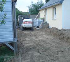 La terre végétale est étalée sur l'arrière du garage. Les fondations pour monter un muret de soutènement sera creusée demain.