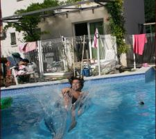 Voila la 1er fois que je rentre dans la piscine finit .... en bombe ;)