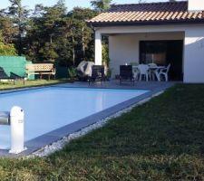 Mise en place de gravier blanc autour de la piscine