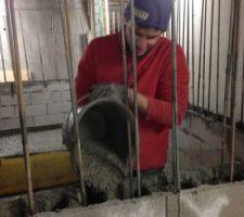 Le béton est préparé par godet malaxeur en surface puis versé dans un bac posé au fond. Jérémie verse le béton seau par seau dans les alvéoles. Il faudra ainsi 10 godets malaxeurs, soit 3m3 de béton pour le premier mètre de profondeur..