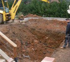 Avec la terre evacuée il comblera l' extension de la terrasse et nous fera de belles plateformes...