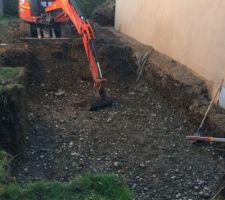 Le terrassement..... avec la contrainte du peu d'espace disponible du terrain.....