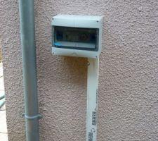 Coffret de programmation installé sur le mur de la maison.