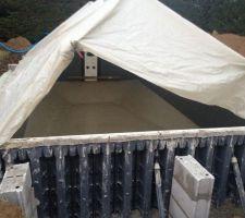 Une chape de finition a été réalisée. Comme il pleuvait les maçons ont du installer une bâche de protection.