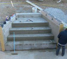 Et voila l'escalier tout beau tout neuf.. il a fallu 5 betonnieres..