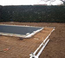 Préparation pour le coulage de la dalle béton autour de la piscine