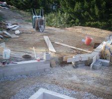 Construction des petits murets ainsi que de l'emplacement du futur portillon