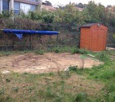 Le terrain avant. on voit l'empreinte de l'ancienne piscine hors-sol