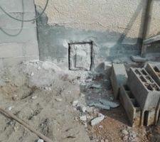 Le local technique sera au sous-sol de la maison 1er étape percer le mur (25cm de béton) pour passer les tuyaux avant de remblayer (pour sécuriser l?accès a la maison, sur la photo, j'ai replacer un bloc pour obturer le trou)