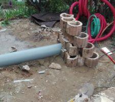 1er tuile ... J'avais commandé un tuyau de 300 par 3 mètres, et le jour J chez le marchand de matériau le tuyau est introuvable (erreur de livraison, ect...) Finalement aprés 1 heure de palabres je repars avec 2 tuyaux de 3M. Poser le 1er tuyau facile, mais a quelle longueur couper Le second? finalement j'opte pour un mur de soutènement en bloc béton de récupération au bout du tube. une fois le bassin construit, je mettrais le second tube et je démonterais le soutènement avant de remblayer