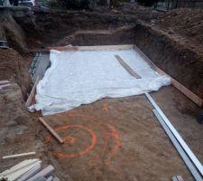 Du géotextile au fond de la fouille, une semelle de béton pour préparer le muret de séparation entre le radier et le local technique un peu plus bas