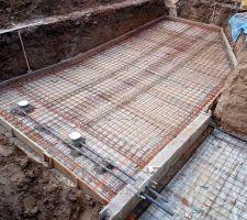 Ferraillage doublé avec chaînages sous murs et dans la longueur. Les deux bondes de fond du bac tampon sont en place
