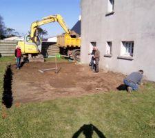 Début du terrassement ce matin..découverte de l'ancienne fosse sceptique par la même occasion lol