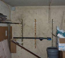 Le local technique est au sous sol de la maison, sur le coté gauche derrière le carton le trou ou arrivent les tuyaux. au mur j'ai découpée des planches pour supporter les tuyaux et les vannes