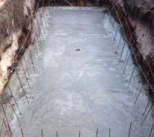 La dalle est finie avec la bonde de fond et toutes les ferrailles pour remonter dan les blocs