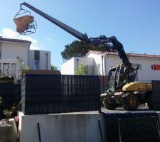 Arrivée des équipes et du matériel sur le chantier.