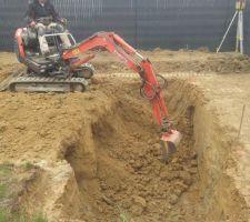 Terrassement terminé, les équipes attaquent le trou dans une terre dure comme de la pierre... Avec une mini pelle ça va être long!