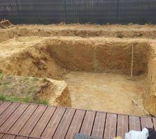 Un jour plus tard, la moitié du trou est creusée et pourtant les équipes n'ont pas perdu de temps.