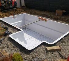 Le remblais est terminé, pose d'un étai pour renforcer la structure lors de la mise en eau.
