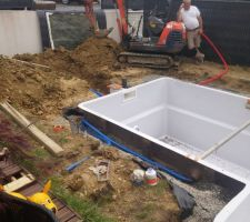 Le remblais est effectué à moitié, début de la pose de la tuyauterie.