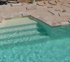 Voiçi ....ENFIN....!!!    le fin de la construction de la piscine par elle même ...pose des margelles.. pas compliqué juste faire attention de ne pas benner de la colle au fond.!!