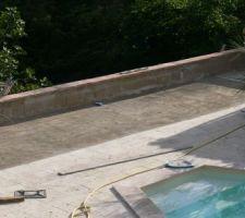 La piscine étant terminée on peut s'attaquer à la finition de son environnement.. petite grave sèche composée de sable chaux ciment sur laquelle viendra se poser une pelouse synthétique le temps que le remblai se stabilise en dessous.!