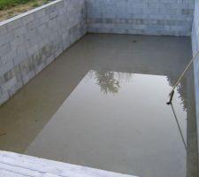 Le bassin se remplit quand il pleut, il est déjà étanche sans liner