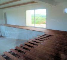 La plage en bamboo vue par la porte d'accès du salon