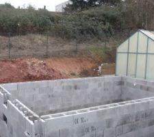 Montage des murs en blocs à bancher avec ferraillage