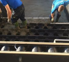 Coulage du beton sur l'ensemble de la piscine