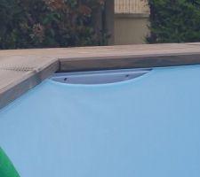 Après avoir rempli 1 1/3 de la piscine le liner se détache. Alors vidange et je commande sur internet un jonc de liner pour le bloquer